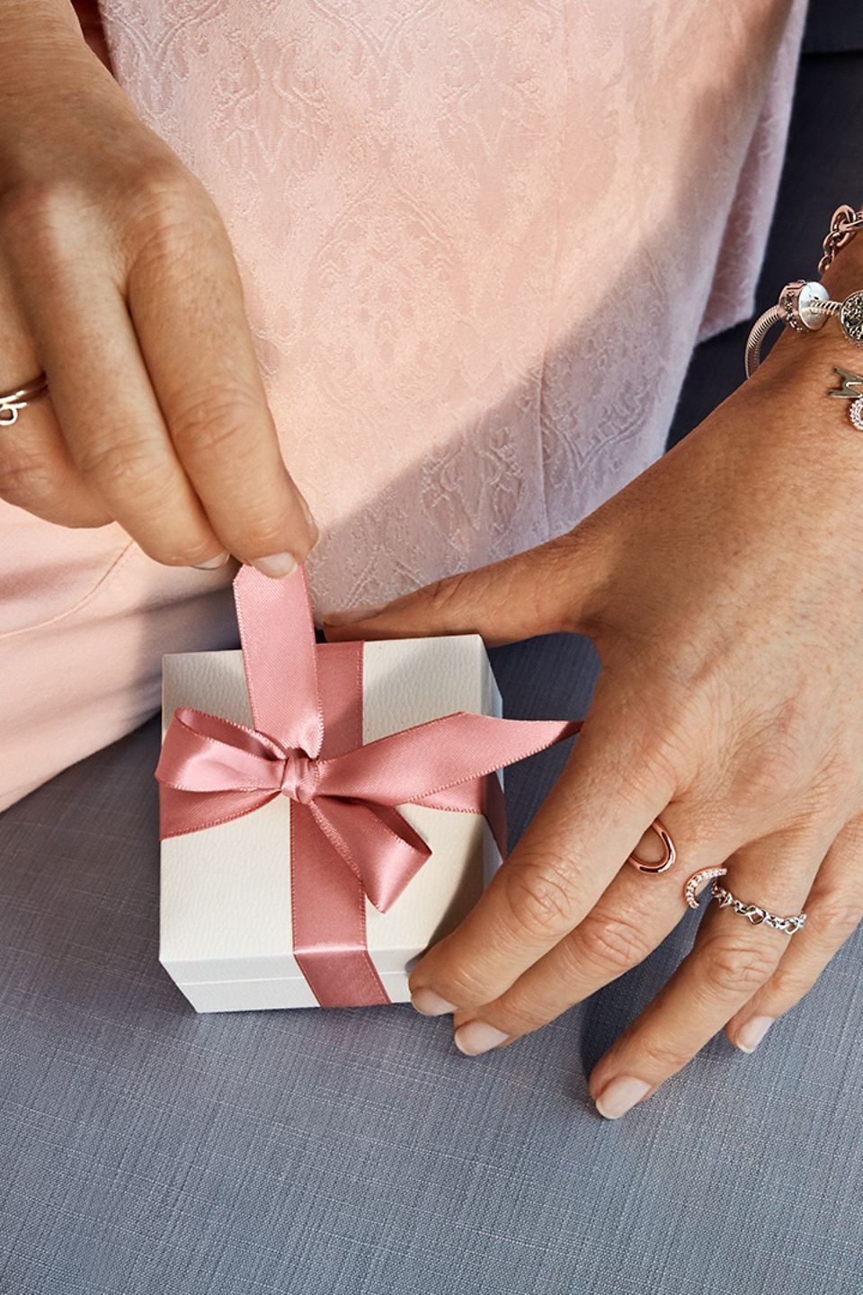 HIGH_RGB_Q2_2020_May_SoMe_Model_Closeup_MothersDay_Gifting_01_Square_new