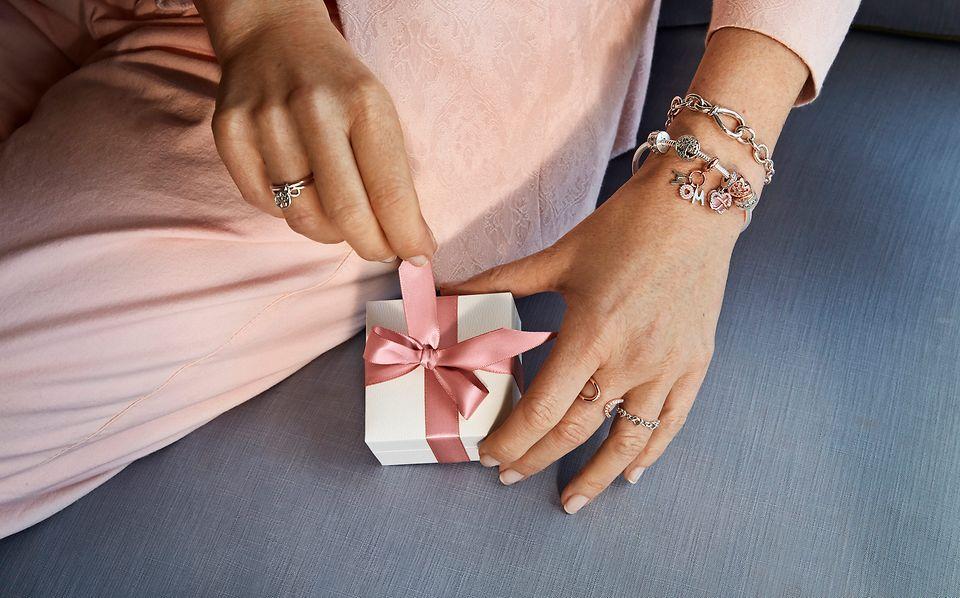 寻找母亲节及其他节日的手工完成的珠宝创意。