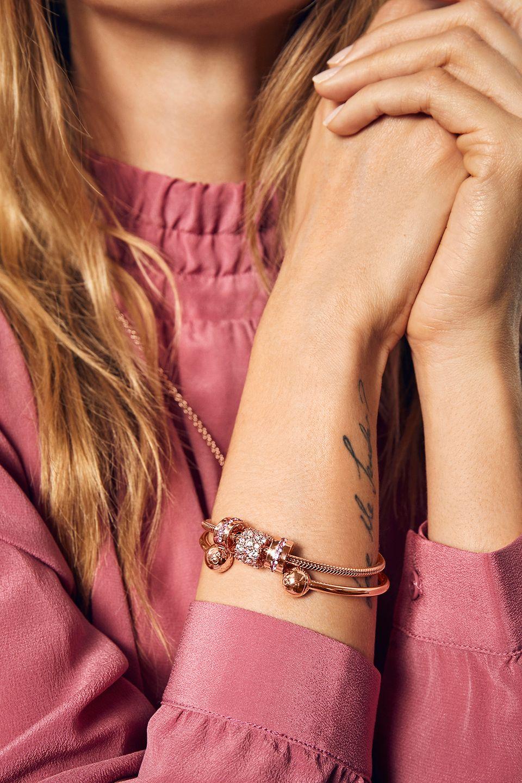 以Pandora的经典珠宝向她袒露心迹。
