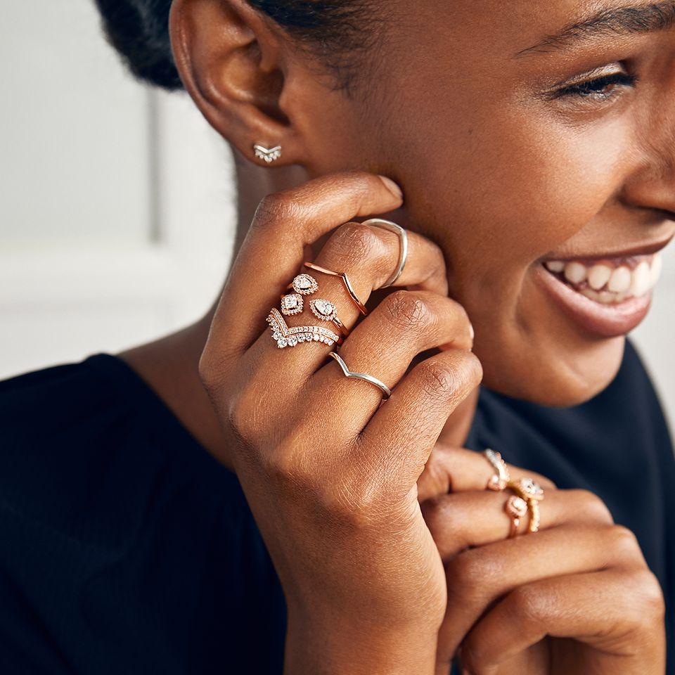Sæt tidløs stil i centrum med moderne smykker fra Pandora.
