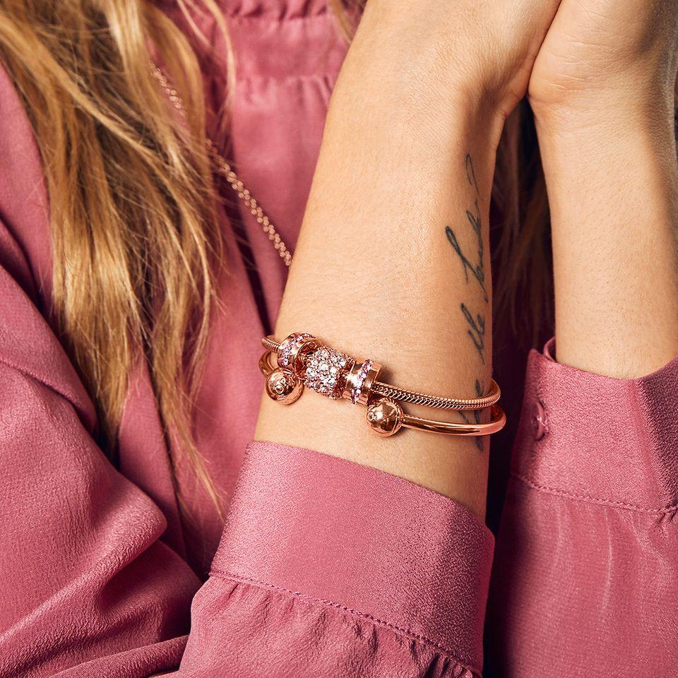 Visa att du verkligen känner henne med Pandoras klassiska smycken.