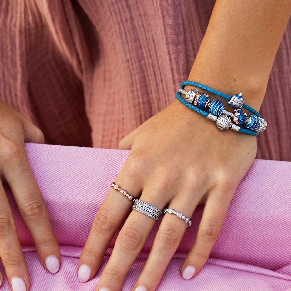 将沙滩风串饰和戒指叠戴混搭。