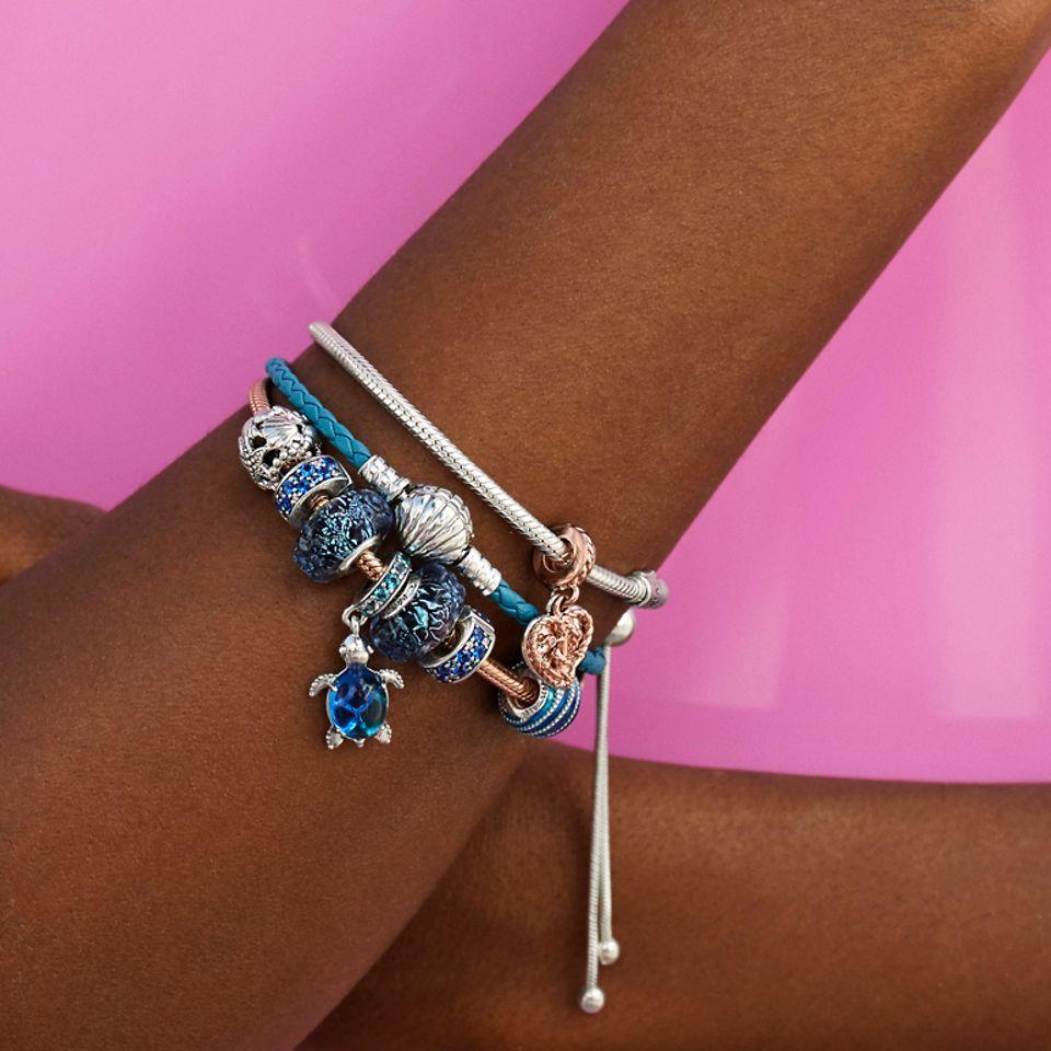 海洋风串饰与蓝色皮革手链珠联璧合。