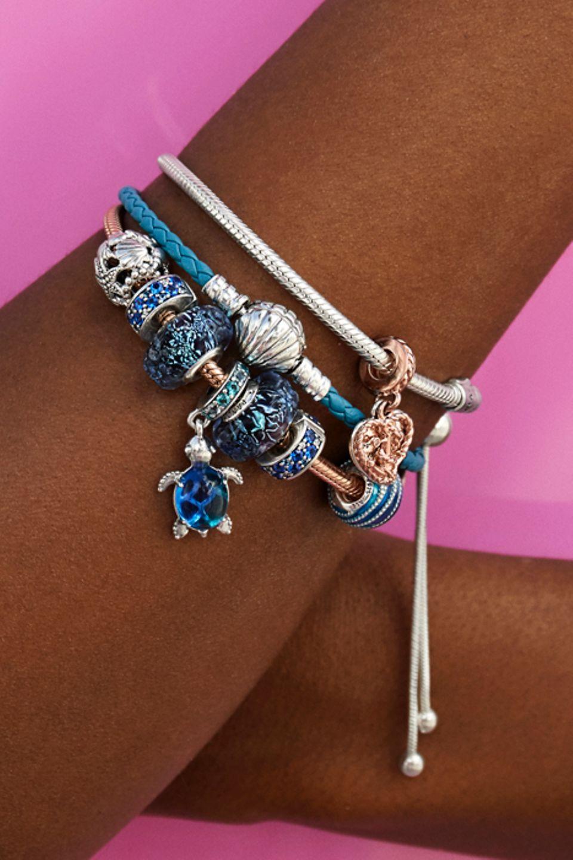 Ajoutez des charms inspirés de l'océan à votre bracelet en cuir bleu.