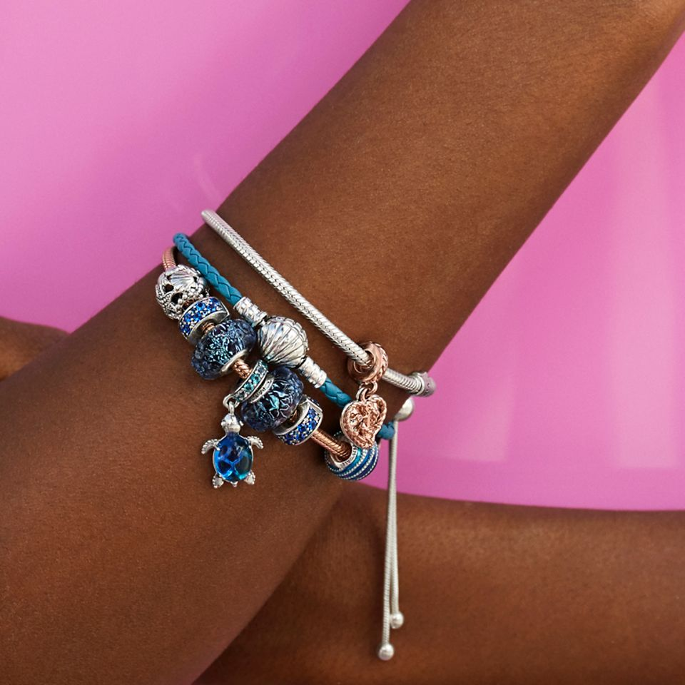 Voeg oceaanbedels toe aan je blauw leren armband.