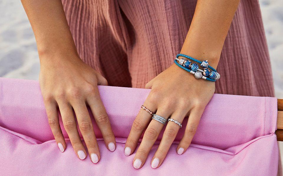 以手鏈、串飾手鏈和戒指,疊戴出海灘主題造型。