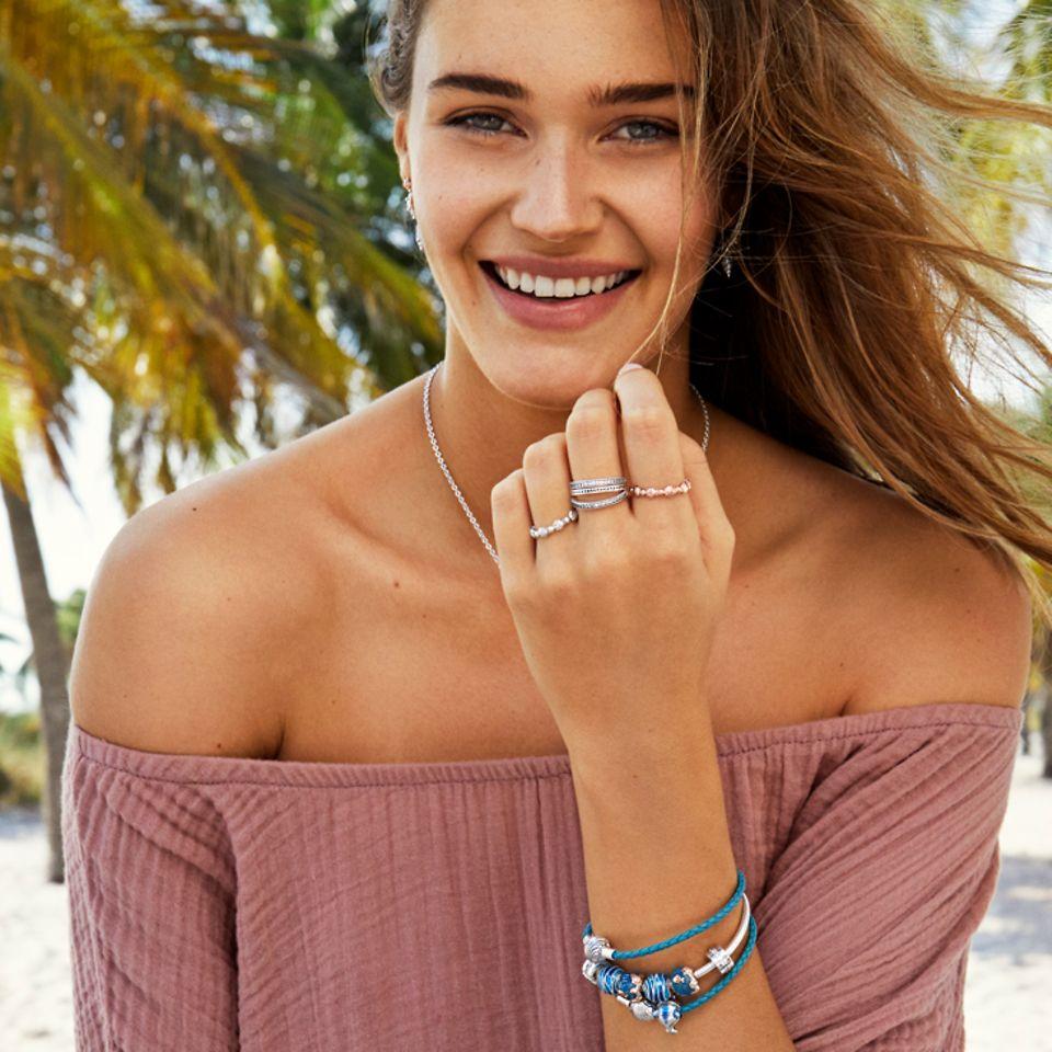 Style einen Urlaubslook, der von der Meereswelt inspiriert ist.