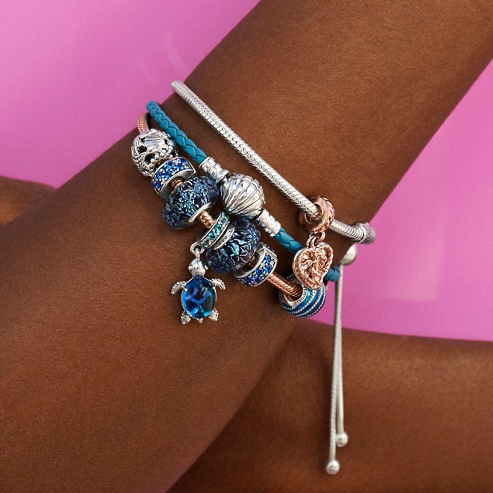 Style dit blå læderarmbånd med havinspirerede charms.