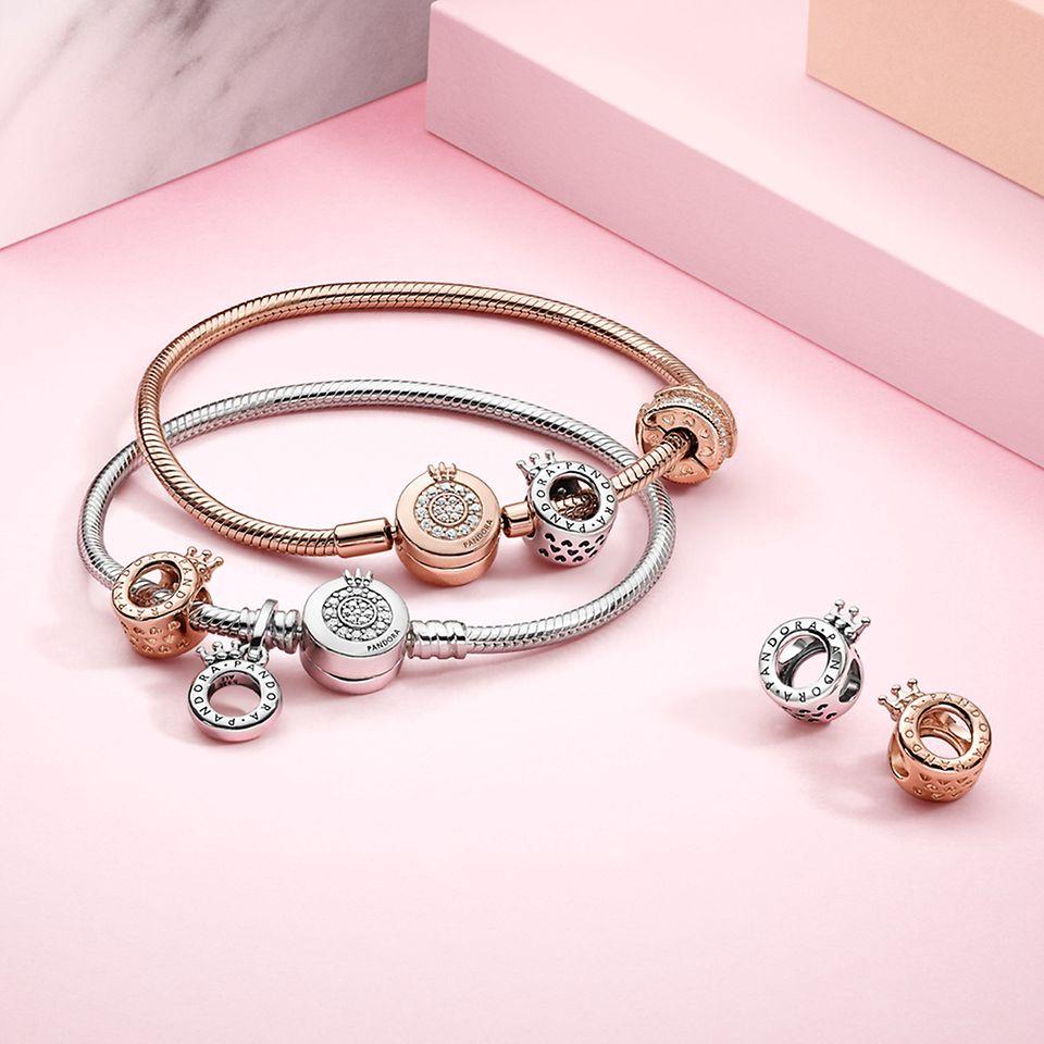 Berlocker och armband i silver och Pandora Rose från Pandora Signature